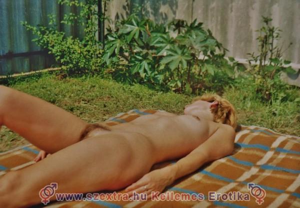 Zsófi meztelenül napozik a kertben